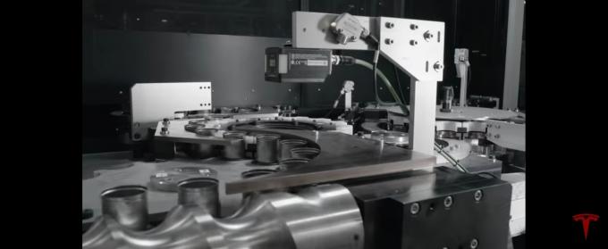 테슬라가 자체적으로 개발한 배터리를 제조하는 과정을 공개했다./사진=테슬라 유튜브 캡처