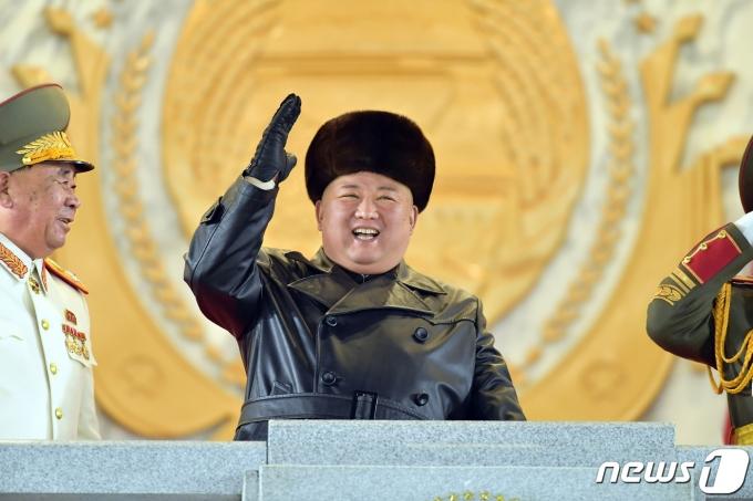 북한이 조 바이든 미국 대통령 당선인의 취임에 맞춰 신형 미사일을 시험발사할 가능성이 대두됐다. 사진은 김정은 북한 노동당 총비서가 지난 14일 평양 김일성광장에서 열린 제8차 당 대회 기념 열병식에 참석한 모습. /사진=뉴스1(노동신문)