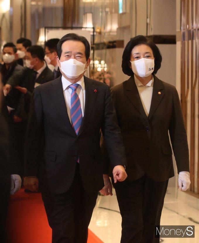 [머니S포토] 중소기업인 신년 인사회에 참석하는 정세균 총리와 박영선 장관