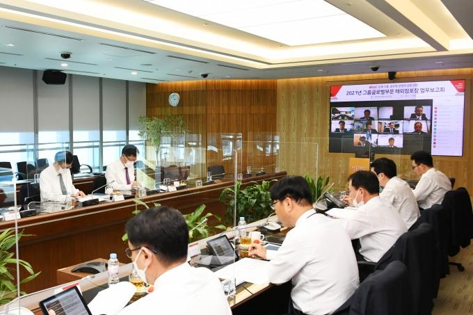 BNK금융그룹이 19일 부산 남구 본사에서 온라인 화상회의를 통해 글로벌부문 임직원 20여명과 함께 '2021년 그룹글로벌부문 해외점포장 업무보고회'를 진행했다./사진=BNK금융그룹