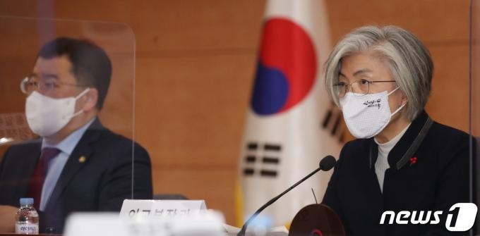 강경화 외교부 장관이 19일 외교부 청사에서 열린 미국 신행정부 출범과 한미관계 발전 방향 회의에서 모두 발언을 하고 있다. /사진=뉴스1