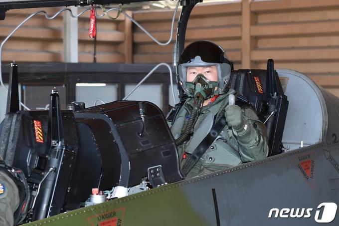 19일 공군 8전투비행단을 방문한 원인철 합참의장.(합참 제공) © 뉴스1