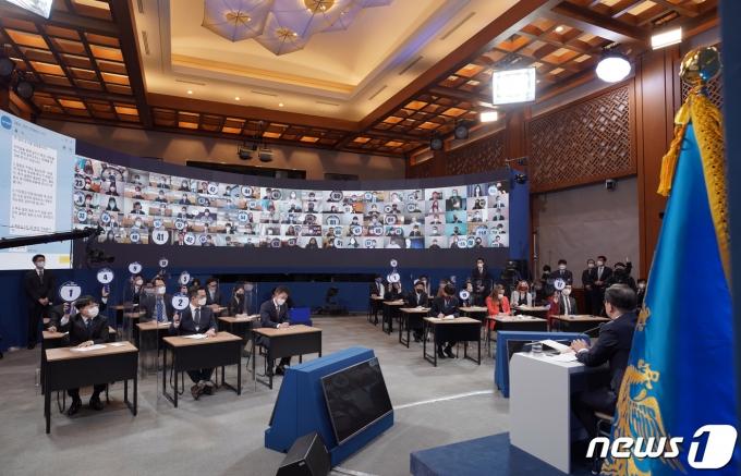 문재인 대통령이 18일 오전 청와대 춘추관에서 신년 기자회견을 하고 있다. 2021.1.18/뉴스1 © News1 이광호 기자