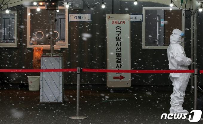 18일 오후 서울역 앞 광장에 마련된 코로나19 임시선별진료소가 한산한 모습을 보이고 있다. /뉴스1 © News1 김진환 기자