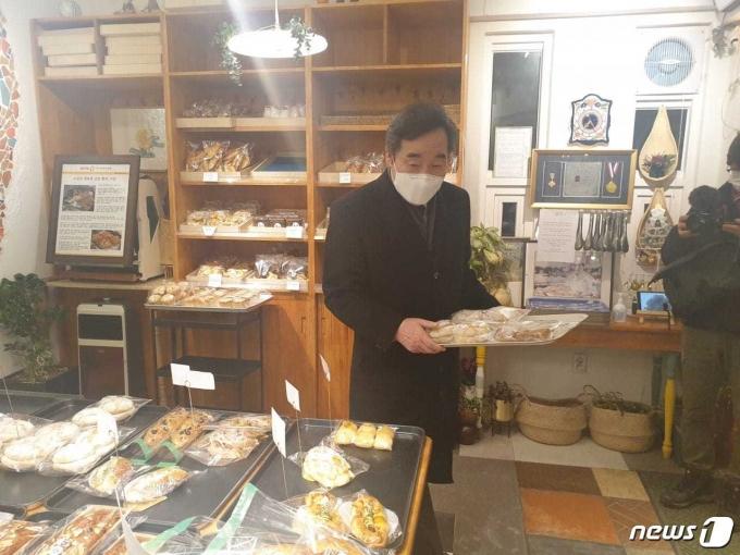 이낙연 더불어민주당 대표가 19일 '한 끼 포장' 캠페인 실천을 위해 서울 종로구 한 빵집에서 빵을 구매하고 있다. (이낙연 대표 페이스북 갈무리) © 뉴스1