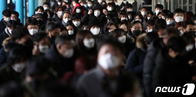 19일 오전 마스크를 쓴 시민들이 서울 구로구 지하철 1호선 신도림역에서 출근길 발걸음을 옮기고 있다. 2021.1.19/뉴스1 © News1 오대일 기자