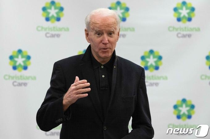 조 바이든 미국 대통령 당선인이 11일(현지시간) 델라웨어주 뉴어크의 한 병원에서 공개적으로 화이자-바이오엔테크의 코로나19 백신 2차 접종을 받은 뒤