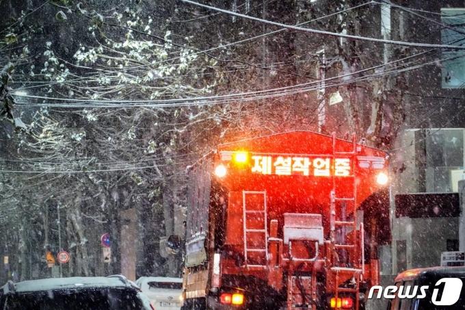 서울에 많은 눈이 내린 6일 오후 홍대입구역 인근에 눈이 쌓이자 제설차량이 염화칼슘을 뿌리고 있다. 2020.1.6/뉴스1 © News1 황덕현 기자