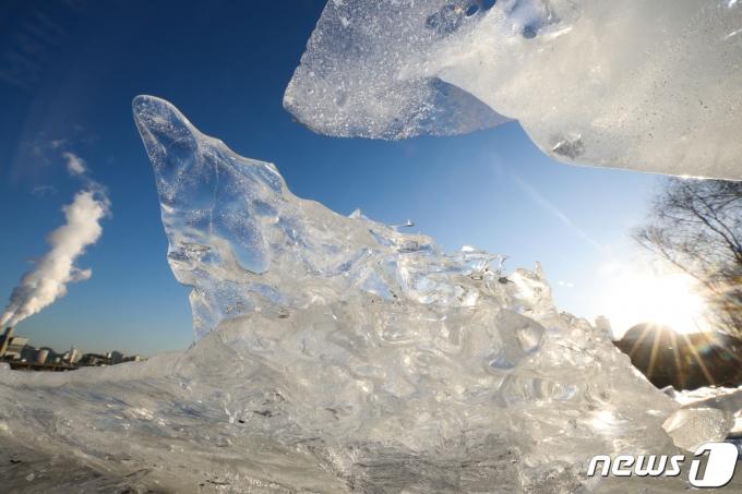서울을 비롯한 중부 지방에 한파특보가 발효된 19일 오전 서울 여의도 한강공원 강변에 얼음이 얼어 있다. 기상청은 이날 한낮에도 종일 영하권에 머물며 추운 날씨가 이어지다가 내일 낮부터 추위가 누그러질 것으로 예보했다. 2021.1.19/뉴스1 © News1 신웅수 기자