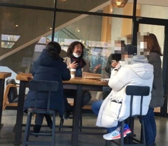 TBS '김어준의 뉴스공장'을 진행하는 진보 성향 방송인 김어준이 이른바 '턱스크(마스크를 턱에 걸치는 것)'를 한 채 카페에서 대화를 나누는 모습이 포착돼 논란이 일었지만 오해에서 빚어진 일이라고 해명했다. /사진=온라인커뮤니티