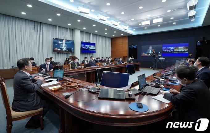 문재인 대통령이 지난 19일 청와대 여민관에서 국무회의를 주재하고 있다. /사진=뉴스1