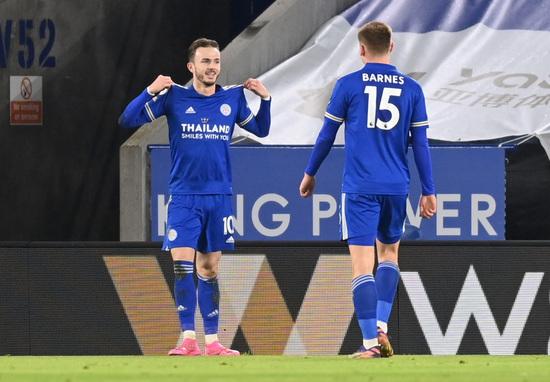 레스터 시티 미드필더 제임스 메디슨(왼쪽)이 20일(한국시간) 영국 레스터의 킹 파워 스타디움에서 열린 2020-2021 잉글랜드 프리미어리그 19라운드 첼시와의 경기에서 전반 41분 팀의 두번째 골을 터트린 뒤 셀레브레이션을 펼치고 있다. /사진=로이터