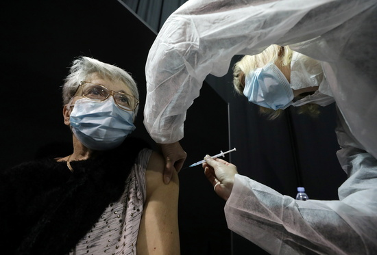 프랑스에서 코로나19 백신 접종이 진행 중인 가운데 접종자 중 139명이 부작용 반응을 보였고 5명이 사망했다. 사진은 지난 19일(현지시각) 프랑스 르카네의 예방접종센터에서 한 노인이 백신을 맞는 모습. /사진=뉴스1(로이터)