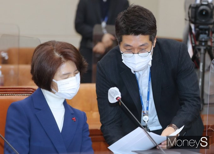 [머니S포토] 환경 장관 후보자 청문회, 자료 살피는 한정애
