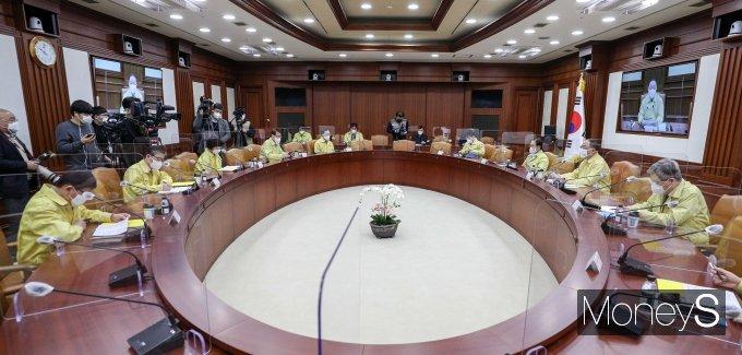 [머니S포토] 비상경제 중앙대책본부 회의
