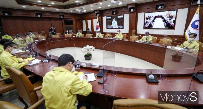 [머니S포토] 정부서울청사에서 열린 비상경제 중앙대책본부 회의