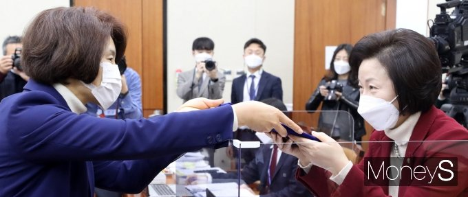 [머니S포토] 후보자 선서문 전달하는 '한정애'