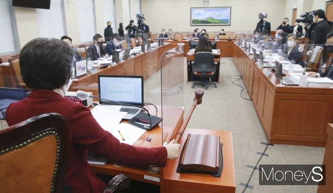 [머니S포토] 탕탕탕! 한정애 인사청문회 '가덕도·탄소중립 정책검증'