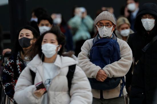 일본이 코로나19 확산을 차단하기 위해 긴급사태 선언을 발령했지만 확산세는 걷잡을 수 없이 번지고 있다. 사진은 스가 총리가 긴급사태선언을 발표한 지난 7일 일본 도쿄의 한 거리에서 시민들이 마스크를 쓴 채 이동하는 모습. /사진=로이터