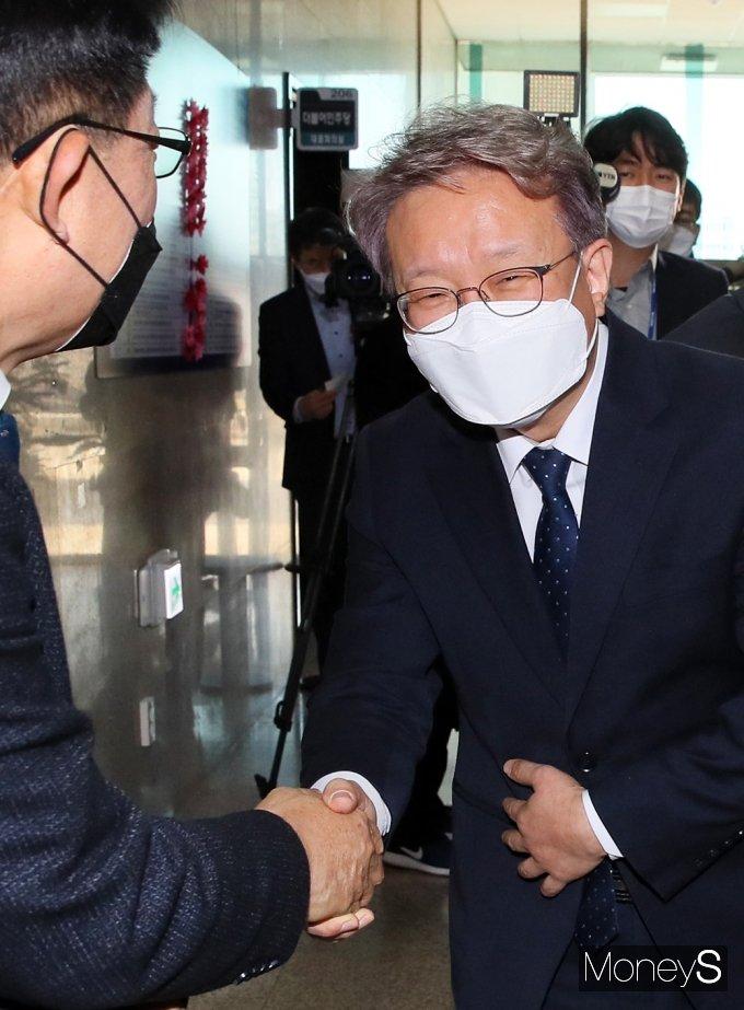 [머니S포토] 정부 3개부처 개각 단행, 축하 인사받는 '권칠승'