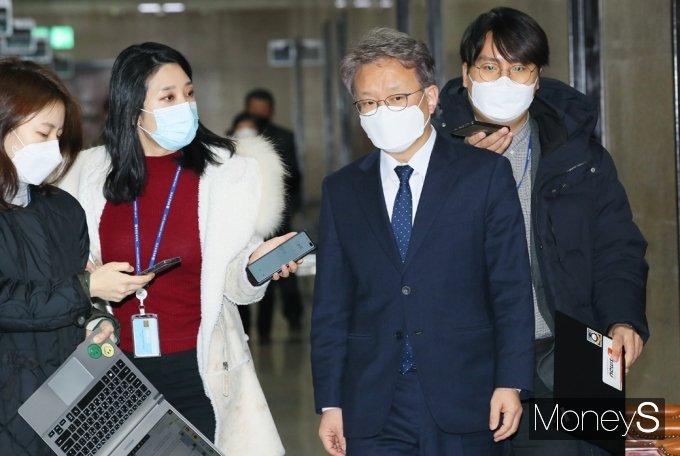 [머니S포토] 중기부 장관 내정 관련 취재진 질문받는 '권칠승'