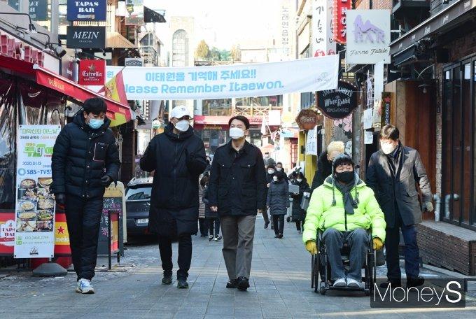 [머니S포토] 4.7 재보궐 관련 서울 이태원 상권 점검하는 '안철수'