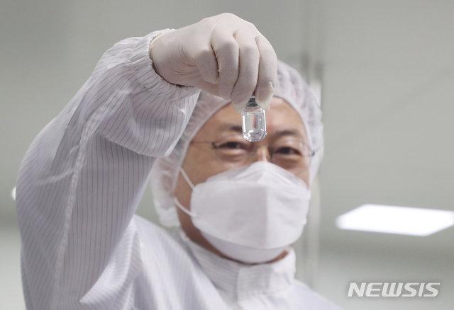 문재인 대통령이 20일 오전 경북 안동시 SK바이오사이언스 공장을 방문해 코로나19 백신 완제 제조실을 시찰하고 있다./사진=뉴시스