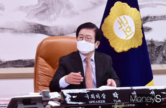 [머니S포토] 회의 앞서 대화 나누는 박병석 의장