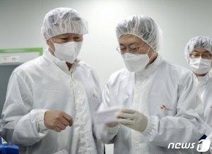 """문 대통령 """"백신 국내생산""""… 최태원 """"허가해주면 2월에도"""""""