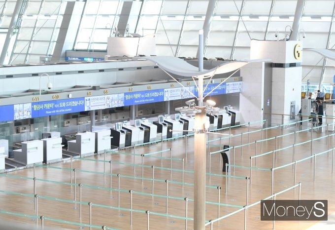 [머니S포토] '코로나19 발생 1년' 썰렁한 인천국제공항