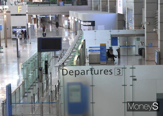 [머니S포토] 국내 코로나19 발병 1년에 공항 모습