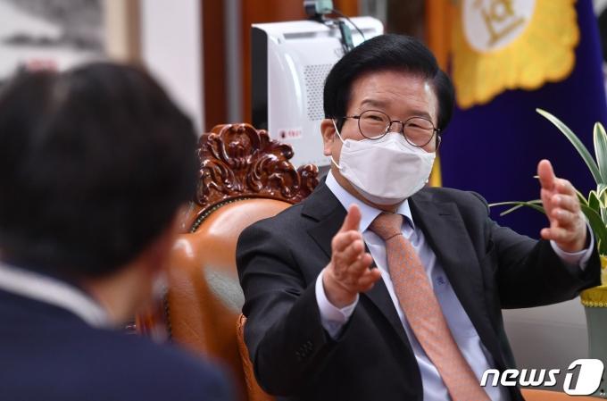 박병석 국회의장이 20일 서울 여의도 국회에서 이춘희 세종시장의 신년인사 예방을 받고 환담을 나누고 있다. 2021.1.20/뉴스1 © News1 박세연 기자