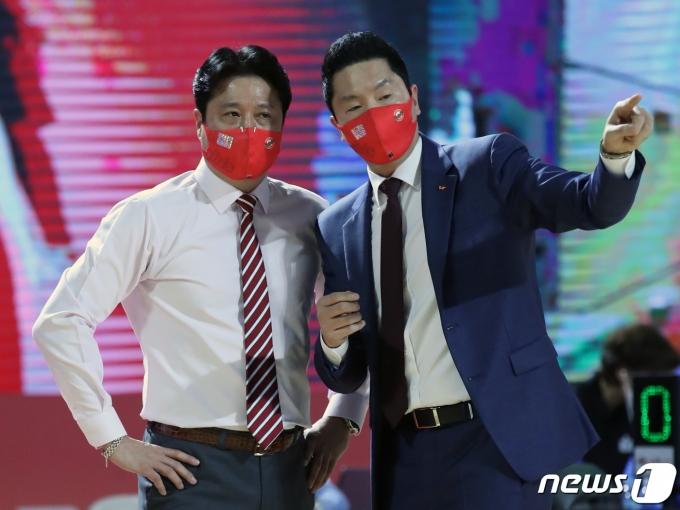 [사진] 문경은-전희철 '승리를 위한 대화'