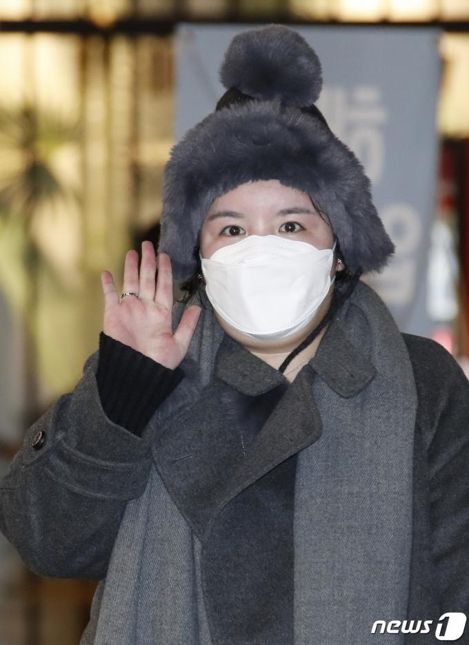 방송인 에이미가 20일 인천국제공항을 통해 중국 광저우에서 입국하며 손 인사를 하고 있다. 2021.1.20/뉴스1 © News1 권현진 기자