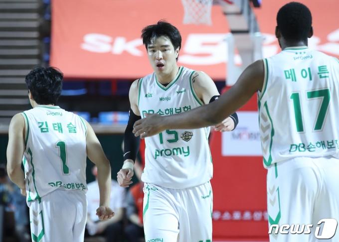 [사진] 덩크슛 축하 받는 DB 김종규