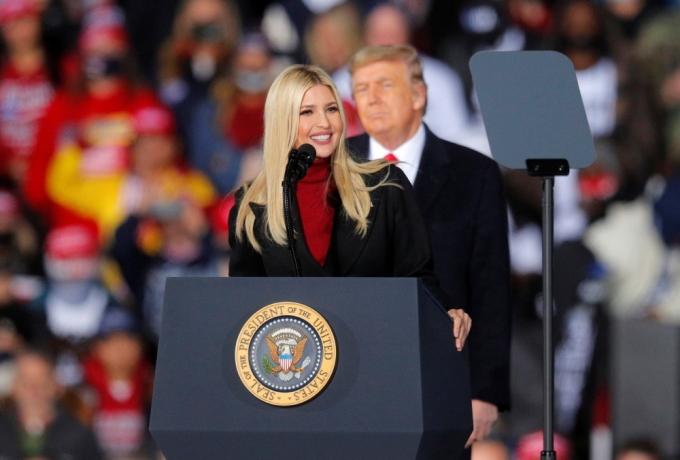 백악관을 떠나는 도널드 트럼프 미국 대통령이 끝까지 자화자찬만을 늘어놓은 반면 딸인 이방카 트럼프는 조 바이든 후보를 응원했다. / 사진=로이터