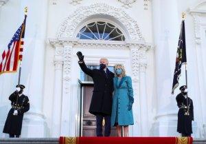 백악관 입성 바이든, '트럼프 지우기' 속도낸다
