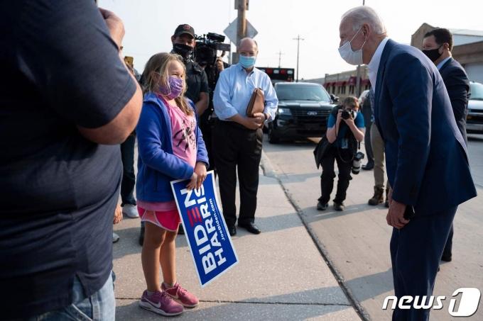 조 바이든  미국 대통령이 어린이 지지자와 얘기를 하고 있다. © AFP=뉴스1