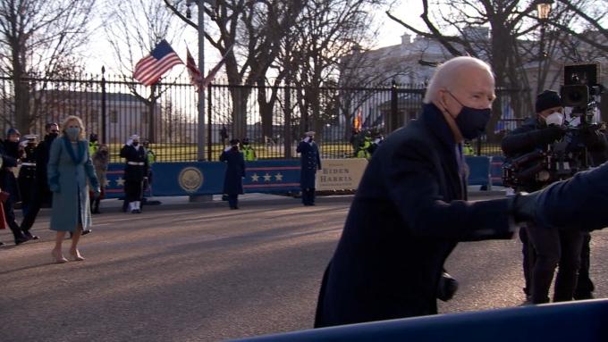 백악관으로 이동하던 중 한 취재진과 주먹 인사를 나누고 있는 조 바이든 미국 대통령 (CNN 갈무리) © 뉴스1