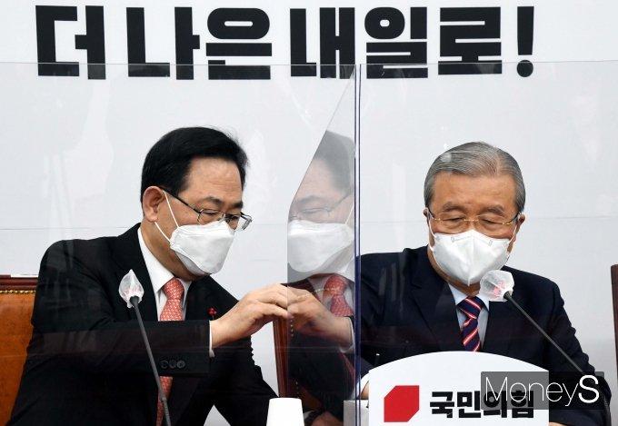 [머니S포토] 비대위서 대화하는 김종인 위원장과 주호영 원내대표