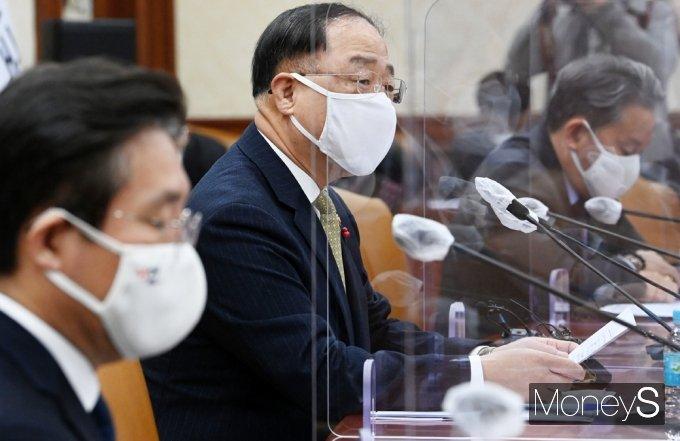 """[머니S포토] 홍남기 """"기업 참여 활성화 위해 의료제품분야 R&D사업 통합 추진"""""""