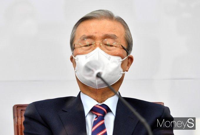 [머니S포토] 눈 감고 생각에 잠긴 김종인 위원장