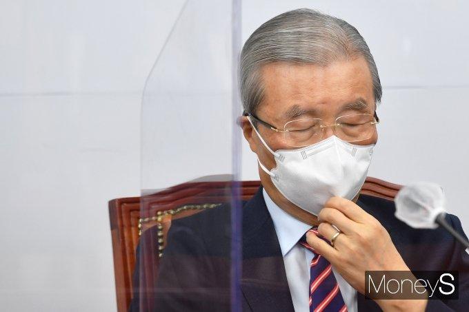 [머니S포토] 굳은 표정의 김종인 위원장