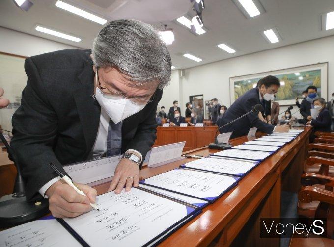 [머니S포토] 이재갑 장관, 택배종사자 과로대책 사회적 합의기구 합의문 서명