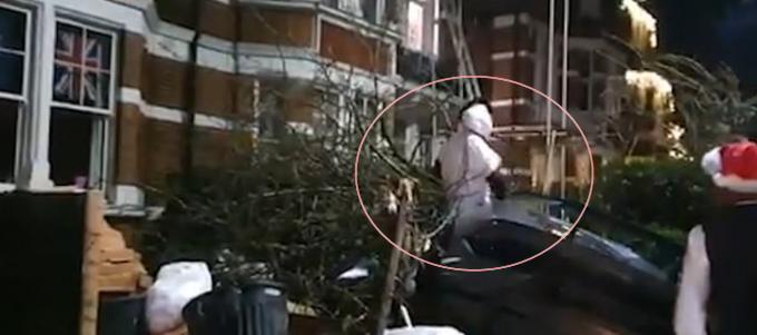 웨스트햄 유나이티드 공격수 미카일 안토니오(빨간 동그라미)가 지난 2019년 크리스마스 당시 람보르기니 차량을 운전하다가 사고를 낸 뒤 올라프 분장을 한 채 차량을 빠져나오고 있다. /사진=데일리 메일 보도화면 캡처
