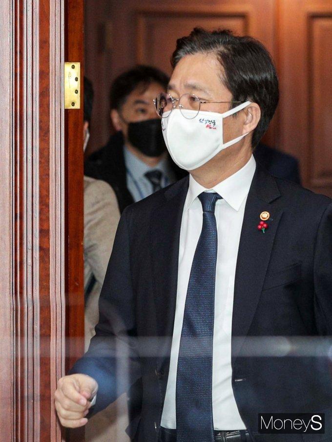 [머니S포토] BIG3 추진회의 입장하는 산업부 '성윤모'
