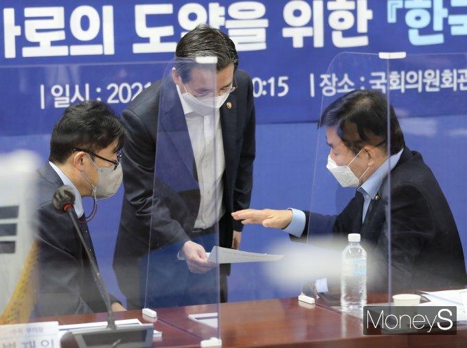 [머니S포토] 자료 보며 대화하는 김진표 의장과 김용범 차관
