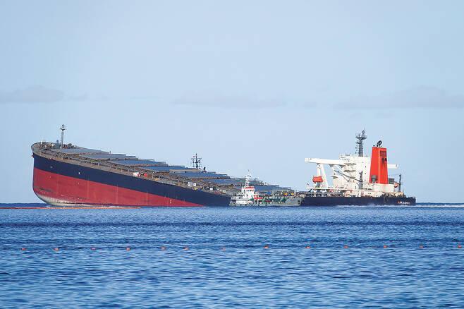 지난해 7월 일본 유니버설조선공사가 건조한 쇼센미쓰이 소속 화물선 와카시오호가 모리셔스 인근 해안에서 좌초됐다. / 사진=로이터