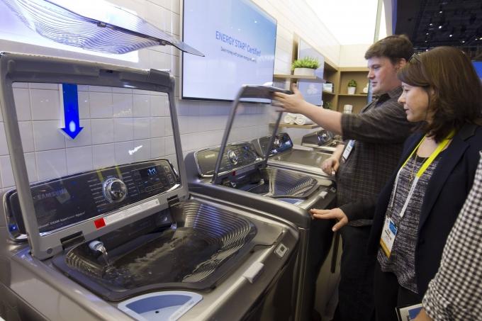 미국 소비자들이 현지 가전매장에서 삼성전자 세탁기를 살펴보고 있다. / 사진=로이터