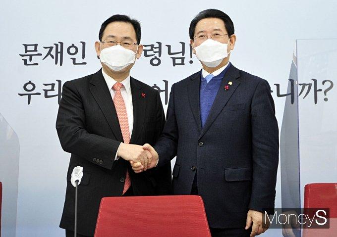 [머니S포토] 주호영 원내대표, 김영록 전라남도지사 접견